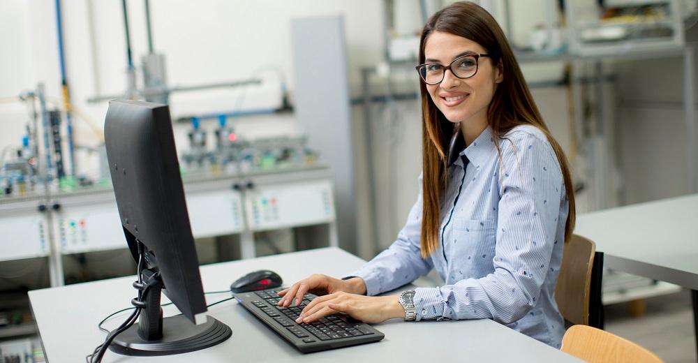 Online-Unterweisung einer Mitarbeiterin